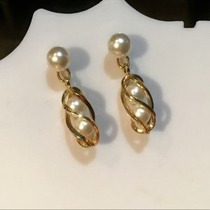 Jewelry - ❇️VINTAGE Gold and Pearl Earrings